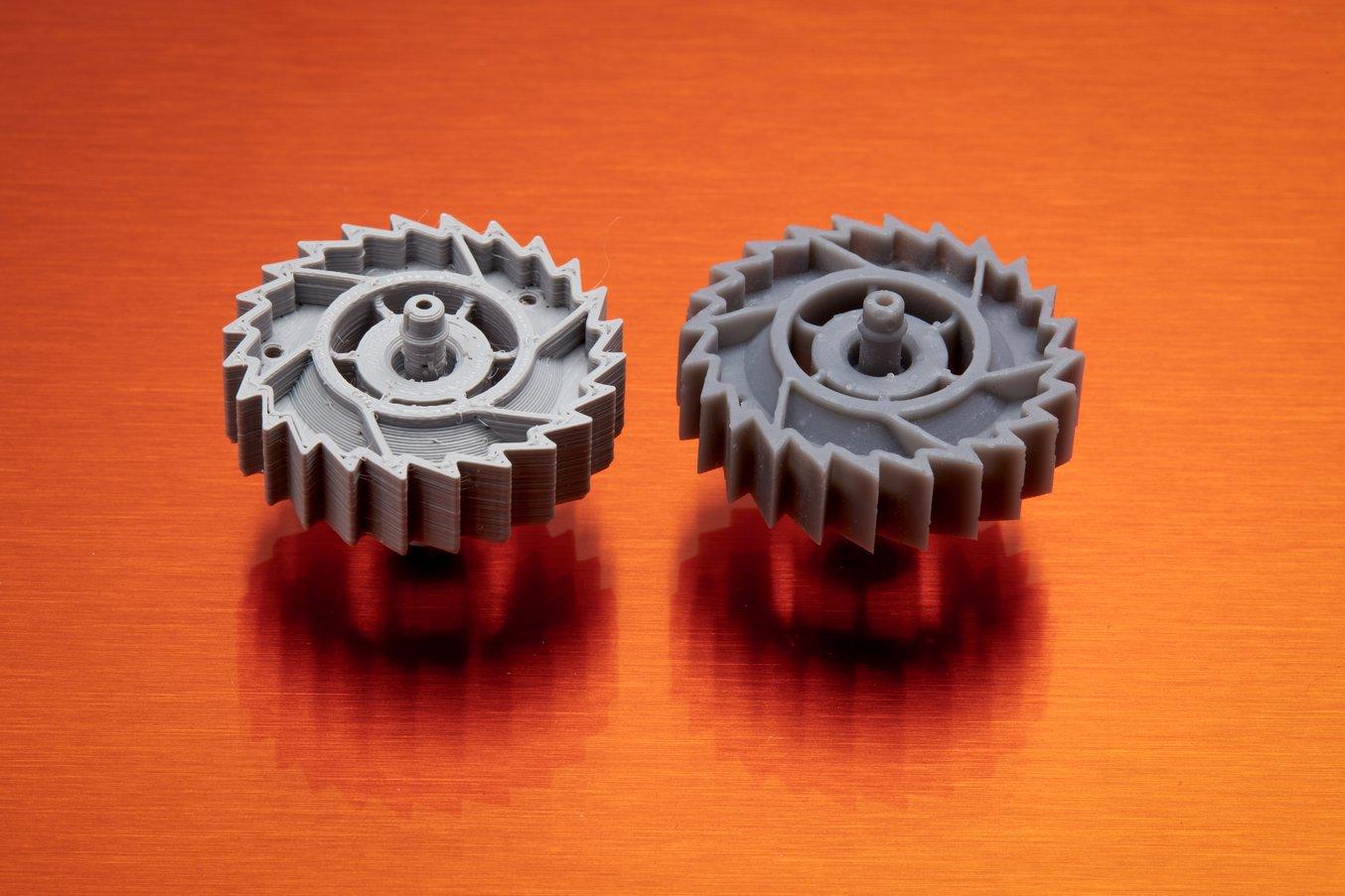 Le stampanti SLA (a destra) sono in grado di produrre parti molto più lisce e dettagliate.