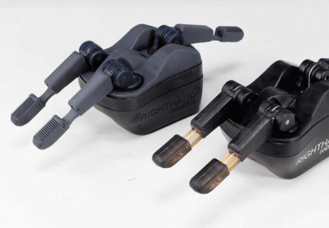 Una pieza final de dedos robóticos (izquierda), que incluye núcleos sobremoldeados impresos con la Black Resin y producidos con moldes impresos con la Clear Resin. Al lado está el prototipo (derecha), que se ha impreso con la Flexible Resin. Son piezas de