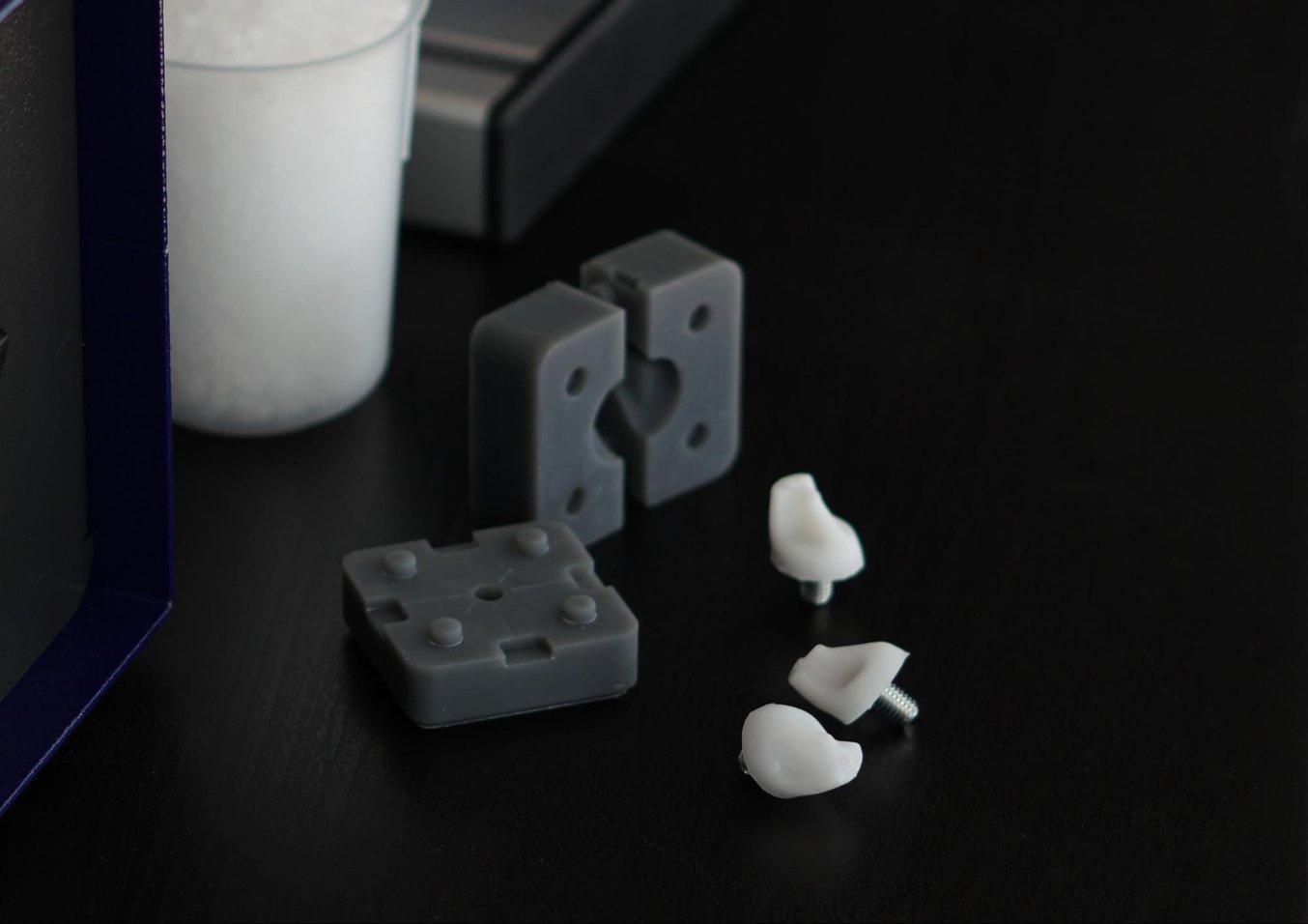 Des prototypes de ces crampons de football ont été moulés par injection dans des moules imprimés en3D avec trois thermoplastiques différents, du polyoxyméthylène (POM, 180°C), du polyamide 6,6 (PA, 270°C) et du polypropylène (PP, 210°C).