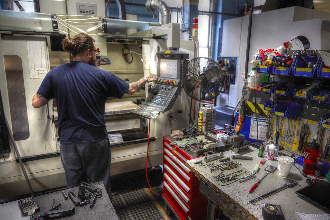 Para programar una fresadora de CNC, es necesario contar con las habilidades necesarias y disponer de tiempo. Si no hace falta que una pieza sea de metal, la impresión 3D puede ser una herramienta práctica para crear prototipos o herramientas de producción
