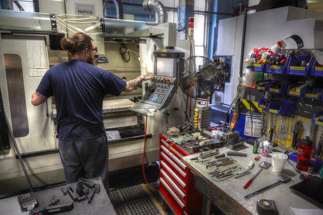 Die Programmierung von CNC-Fräsen erfordert Expertise und Zeit. Wenn ein Teil nicht aus Metall bestehen muss, kann es sich beim 3D-Druck um ein praktisches Hilfsmittel handeln, um Prototypen oder Fertigungswerkzeuge schneller und kostengünstiger herzustell
