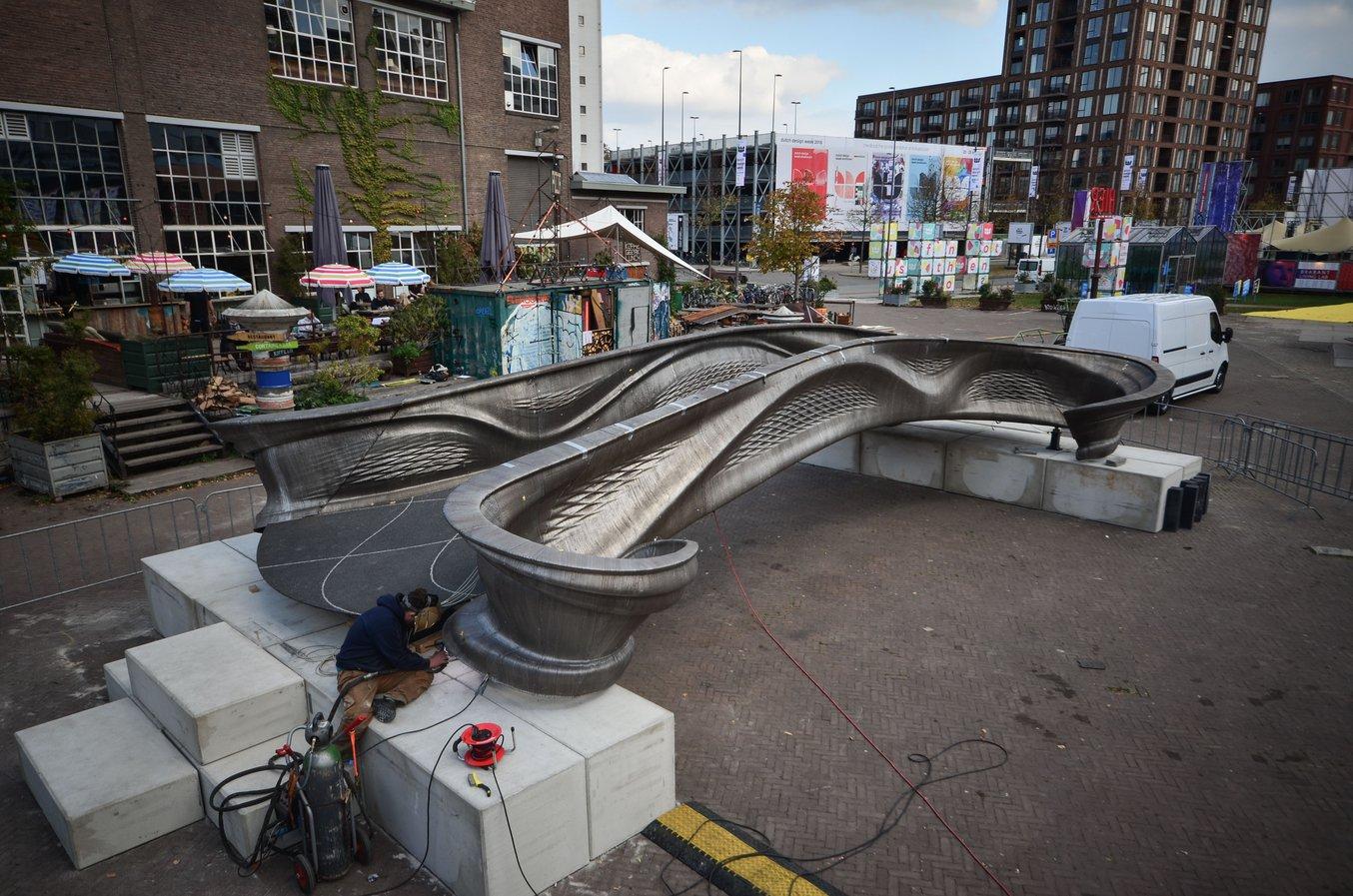 MX3D utilizza il workflow digitale multi-asse per stampare un ponte in acciaio inossidabile che sarà presto installato lungo il canale Oudezijds Achterburgwal di Amsterdam. (Fonte: MX3D)