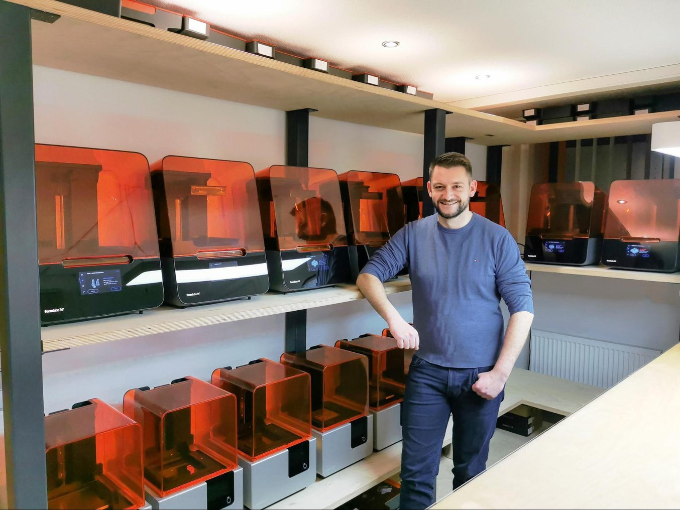 Matthias Krabel zeigt die Druckfarm von Makra Pro mit 18 3D-Druckern.