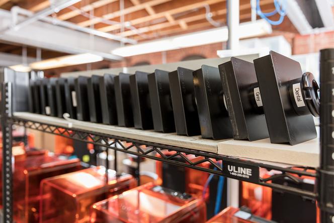 L'équipe de production de Formlabs fabrique des centaines de pièces échantillons par semaine, par impression avec différents matériaux.