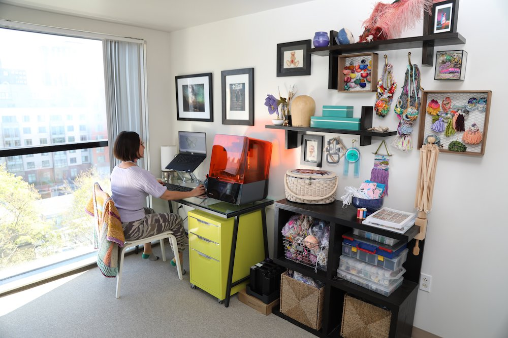 Lizz Hill, del departamento de desarrollo empresarial de Formlabs, trabajando desde casa con su impresora 3D Form 3.