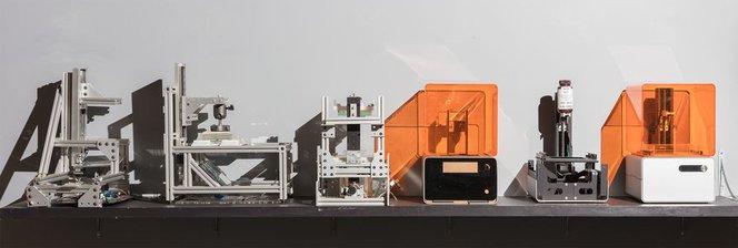 Mehrere Prototypen des Form 1, des ersten Desktop-Stereolithographie-(SLA)-3D-Druckers.