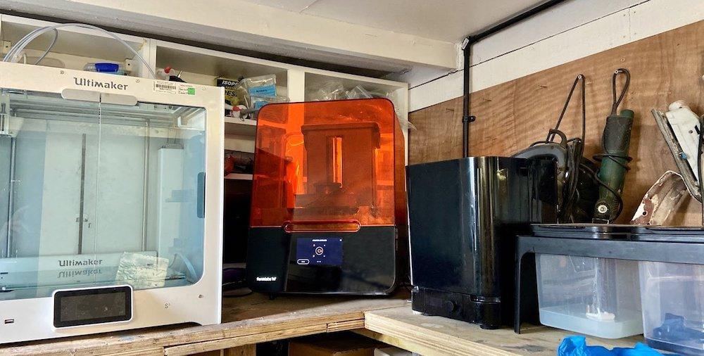 El espacio de trabajo de Mark Chester en casa, que incluye una Ultimaker S5 y una impresora 3D de sobremesa Form 3 de Formlabs.