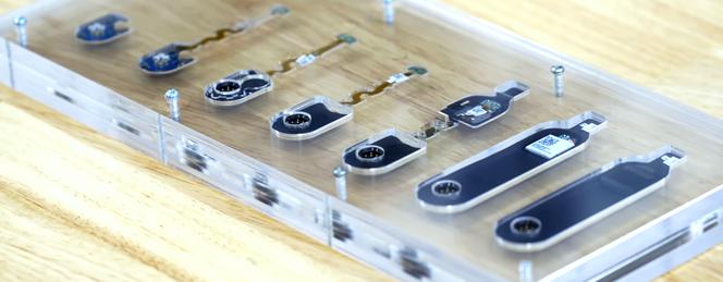 Il dispositivo indossabile al principio è un circuito stampato popolato di componenti. Viene quindi incapsulato in un sistema di stampaggio a bassa pressione, che lo trasforma in un blocco di plastica. Questo circuito stampato e un cavo flessibile formano