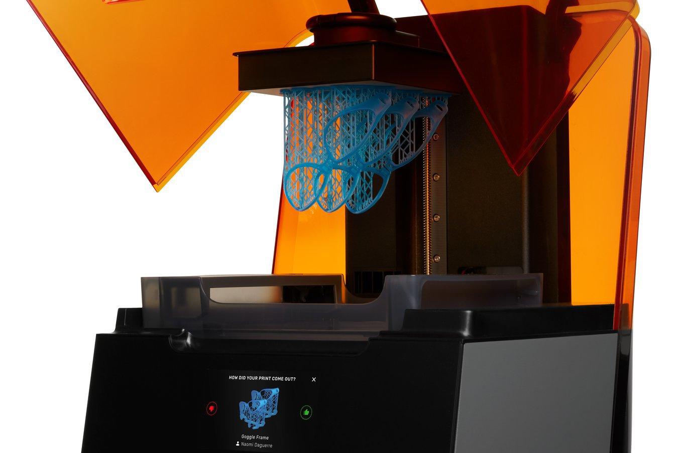 La stampante 3D SLA Form 3 ha un'alta risoluzione per l'asse Z e delle dimensioni minime dei dettagli ridotte sul piano XY, consentendo quindi di realizzare particolari precisi.