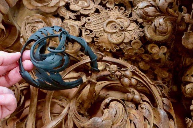 Un restauro di un intaglio ligneo appena uscito da una stampante 3D. Il pezzo è stato stampato in modo tale da simulare il colore del legno prima di essere inserito nell'opera.