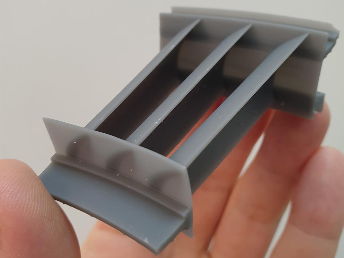 3D-Scanvorgang einer Sektion eines Flugzeugturbinenkompressors (oben links) und der 3D-Nachbau des kompletten Kompressorrings (oben rechts). Das Teil wurde auf dem Form 3 gedruckt und einem Windtunneltest unterzogen (unten).
