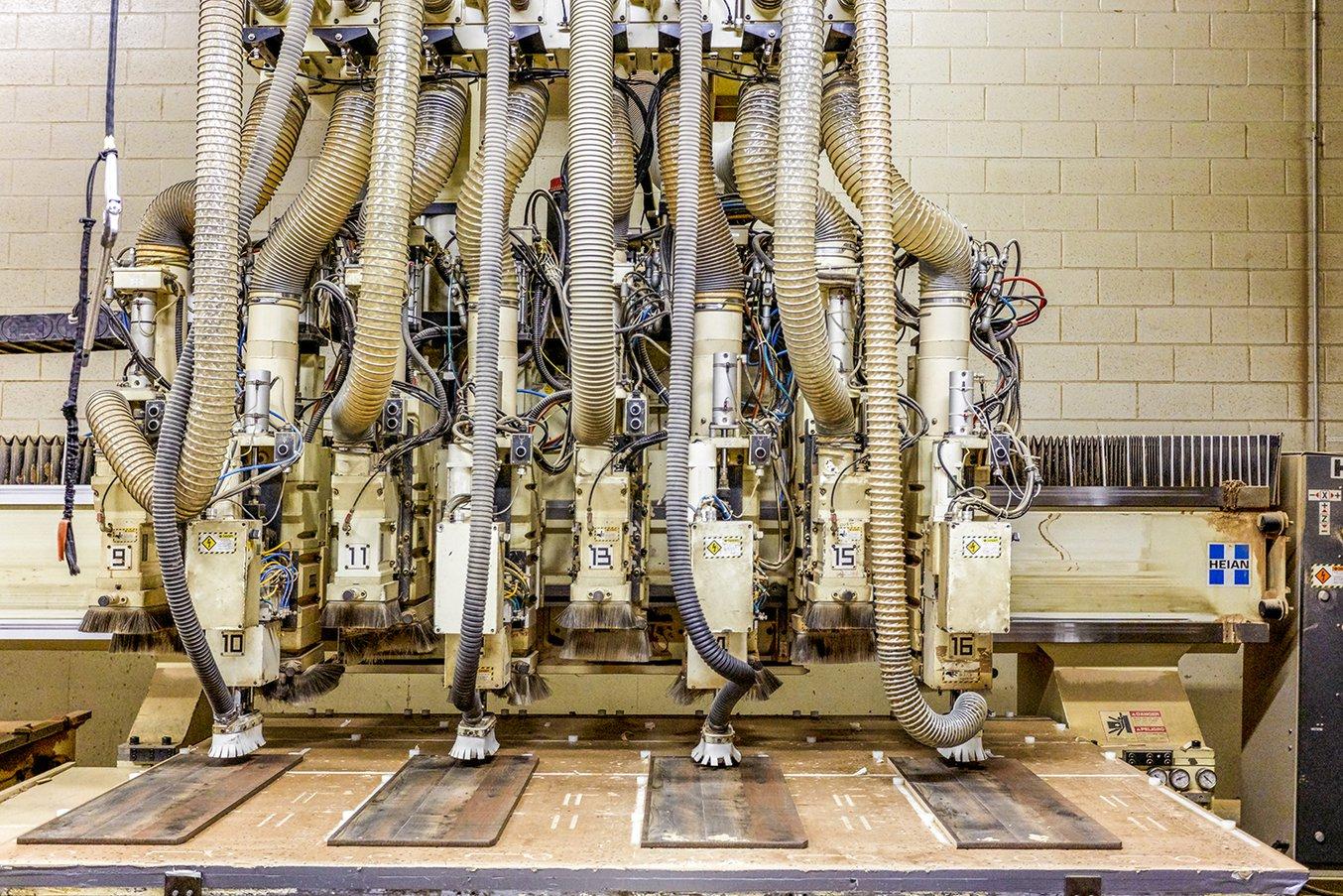 Centinaia di perni di allineamento stampati in Durable Resin sono in servizio sulle fresatrici CNC nella fabbrica di Ashley Furniture di Arcadia.