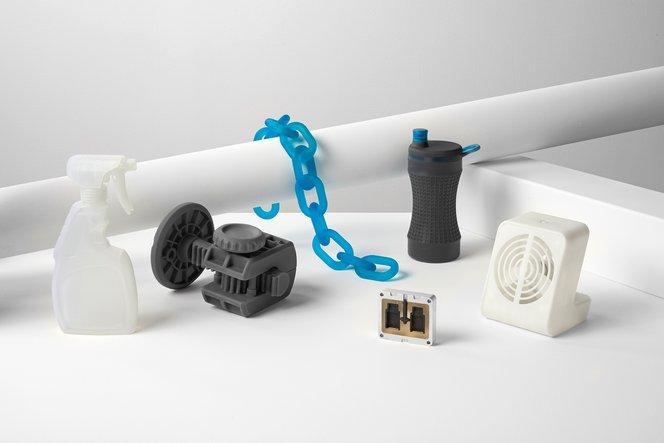 Verschiedene Prototypen, die auf einem Form 2 Stereolithografie-3D-Drucker gedruckt wurden.