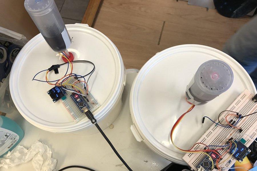 Prototipo impreso en 3D del borboteador transparente durante el ensayo.