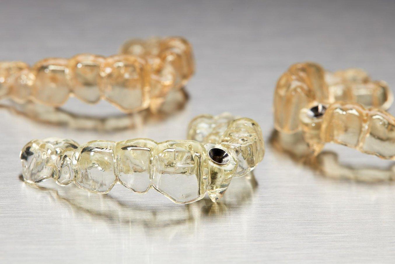Хирургические шаблоны, напечатанные на стоматологическом 3D-принтере Formlabs Form 3B.