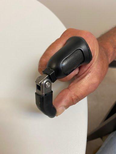 El dedo protésico se une al encaje