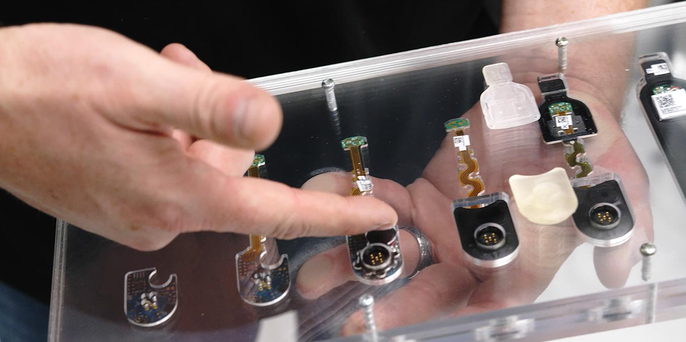 El equipo de Google ATAP usó piezas de sustitución impresas en 3D en vez de subconjuntos electrónicos sobremoldeados para el ajuste inicial de las herramientas en la fábrica.