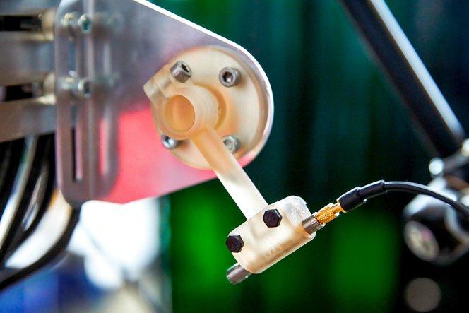 Ingenieure am AMRC nutzen eine Flotte aus 12 SLA 3D-Druckern und eine Vielzahl an technischen Materialien, um maßgefertigte Teile für diverse Forschungsprojekte herzustellen, darunter Halterungen für einen Pick-and-Place-Roboter (links) und Halterungen für