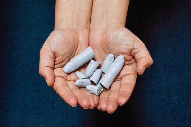 Un set di dita stampate in 3D per la pre-visualizzazione di un restauro, anch'essi dipinti nella stessa tonalità del marmo.