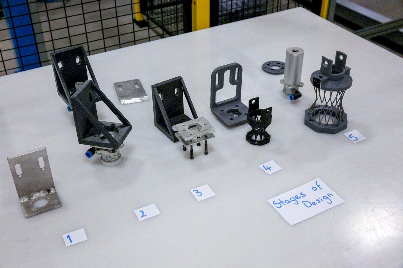 A Williams sono serviti cinque cicli di iterazioni, a partire da una staffa a L saldata in alluminio fino a un complicato design stampato in 3D in plastica.