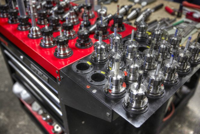 Das Wechseln der Werkzeugausstattung und das Einrichten von CNC-Fräsen kann Stunden dauern, während die Vorbereitung eines 3D-Druckauftrags weniger als zehn Minuten in Anspruch nimmt.
