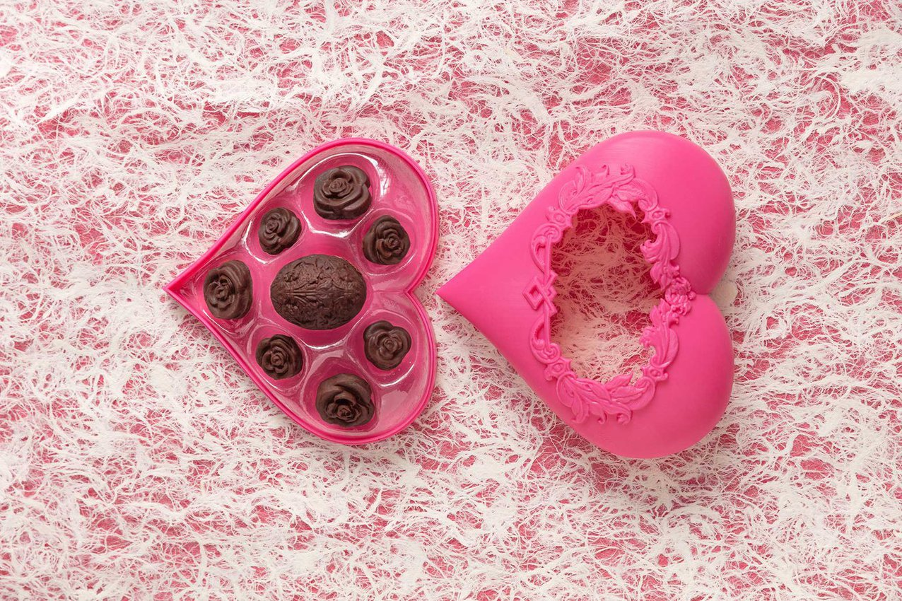 Diese verzierten Pralinen wurden in vakuumgeformten Gussformen hergestellt und sind in einer tiefgezogenen Schale gebettet. Lesen Sie unseren Leitfaden für personalisierte Schokoladenformen mittels 3D-Druck und Vakuumformen.