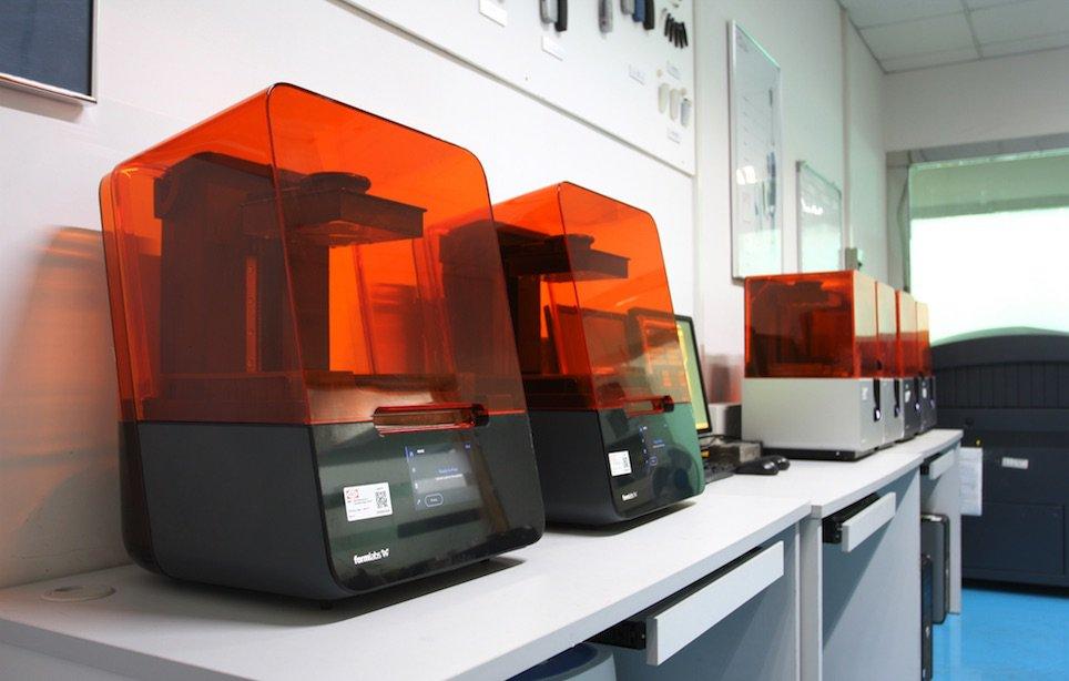 Hayco nutzt aktuell sechs Formlabs-SLA-Drucker in seinen 3D-Werkstätten. Dank der Benutzerfreundlichkeit ist der 3D-Druck jetzt nicht mehr nur für einige wenige geschulte Ingenieure zugänglich. Alle Mitarbeiter werden dazu ermutigt, sie in Projekten einzus