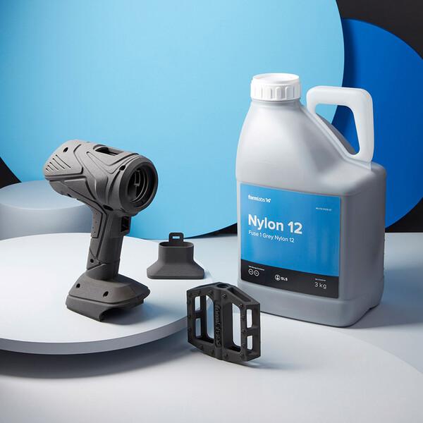 El Nylon 12 Powder se envía en botellas de 3 kg, que se venden en conjuntos de 6 kg. Recomendamos empezar con 18 kg.
