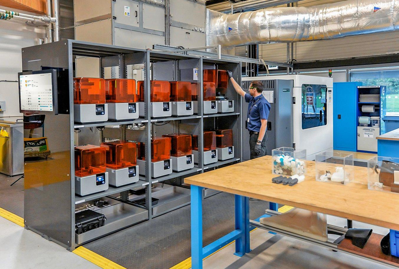 Williams ha stampato le parti utilizzando la nuova postazione di stampa 3D dell'AMRC, che ospita una flotta di 12 stampanti 3D stereolitografiche Form 2.