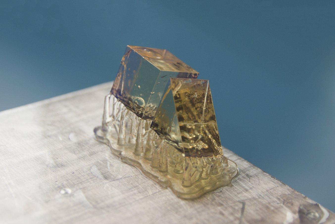 Die Teile werden auf Blasenbildung oder andere Defekte überprüft, die die Lichtdurchlässigkeit beeinträchtigen könnten. Teile werden mithilfe des Finish Kit oder des Form Wash gründlich in Isopropylalkohol (IPA) abgespült.