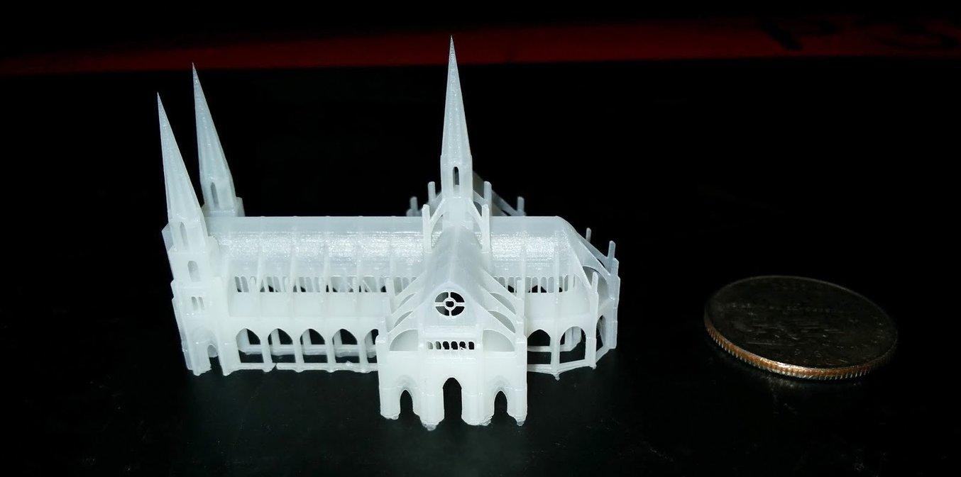 Ein kleines, kompliziertes Modell mit abgerundeten Bögen erfordert eine höhere Z-Auflösung. Diese Kathedrale wurde auf der Form 2 in 25 Mikron gedruckt.