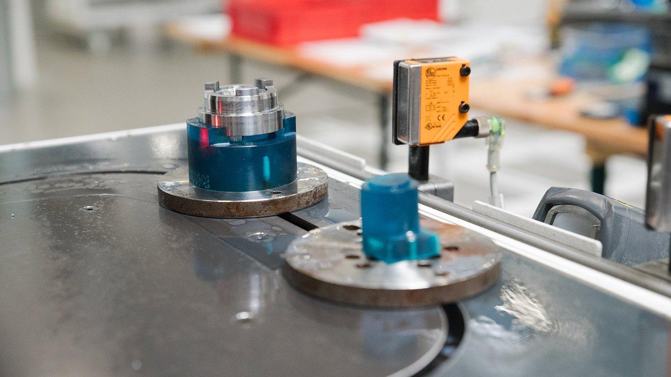 Nell'impianto di produzione di Pankl Racing Systems gli ingegneri usano dime su misura stampate in 3D per la realizzazione di componenti per moto.