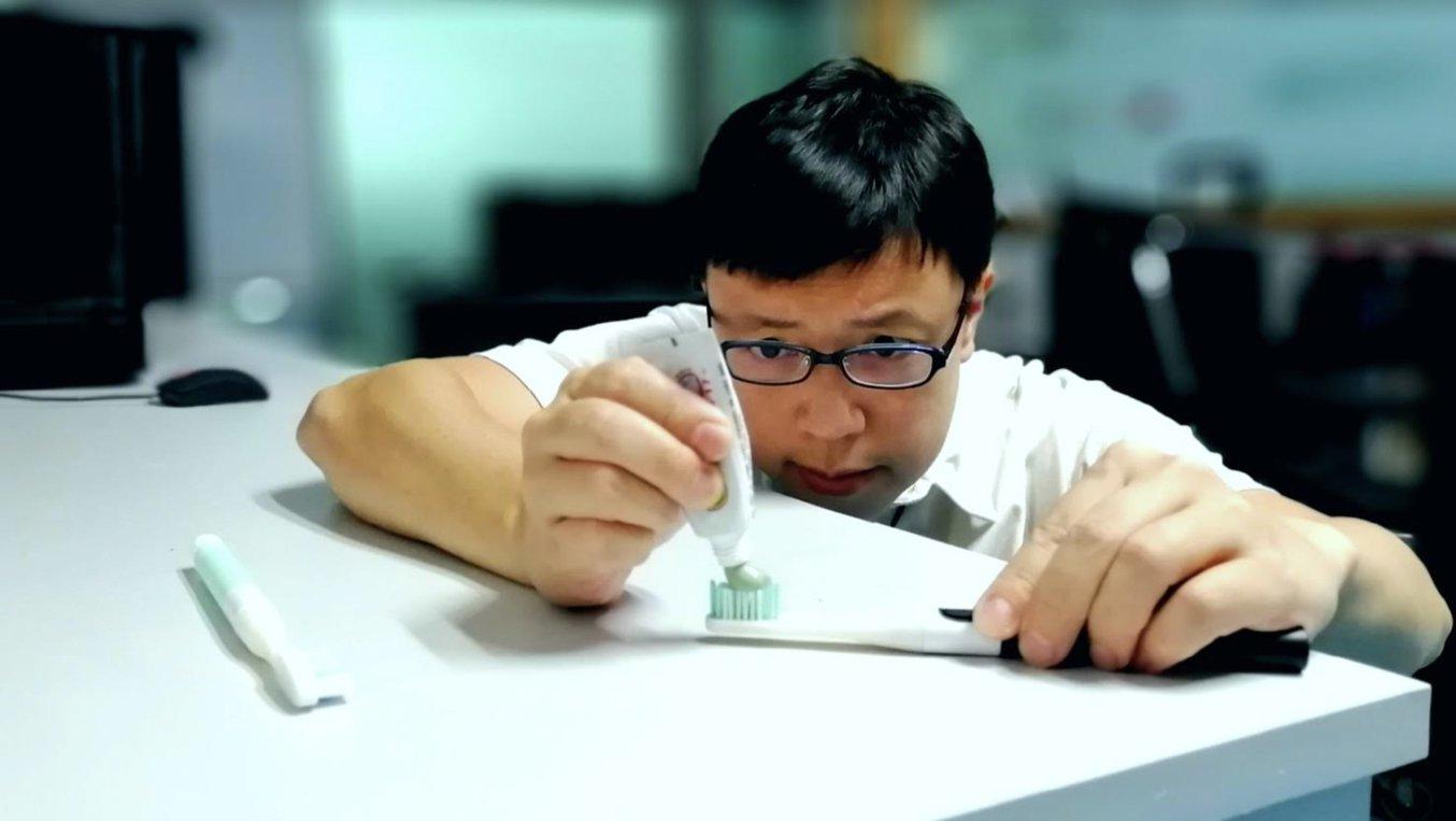 Hoss Vong testet einen Zahnbürsten-Prototyp. Der Bürstenkopf besteht aus einem biokompatiblem Material, damit Funktionstests möglich sind.