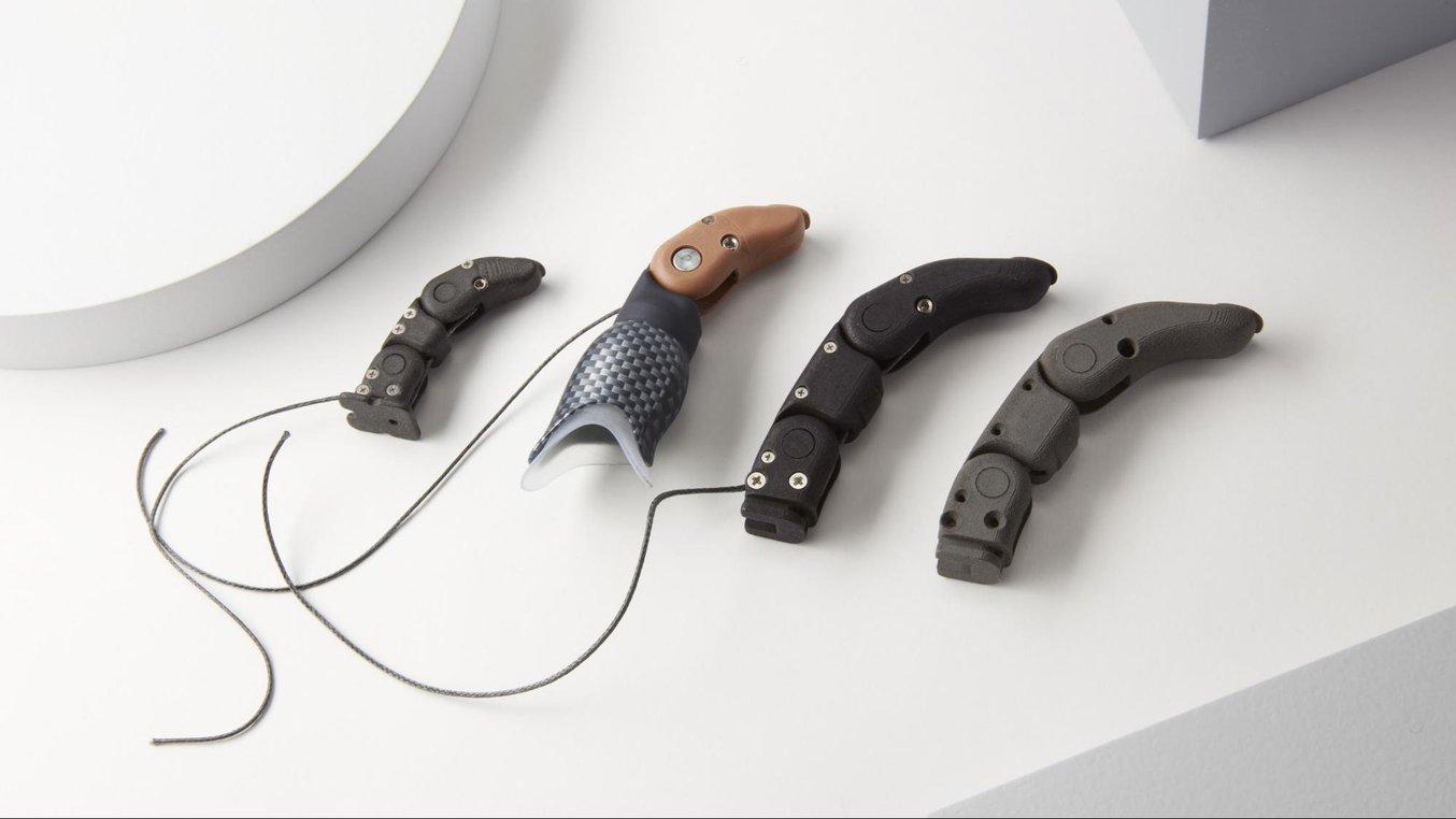 El fundador de Partial Hand Solutions, Matthew Mikosz, imprime en 3D prótesis adaptadas a cada paciente con la Fuse1.