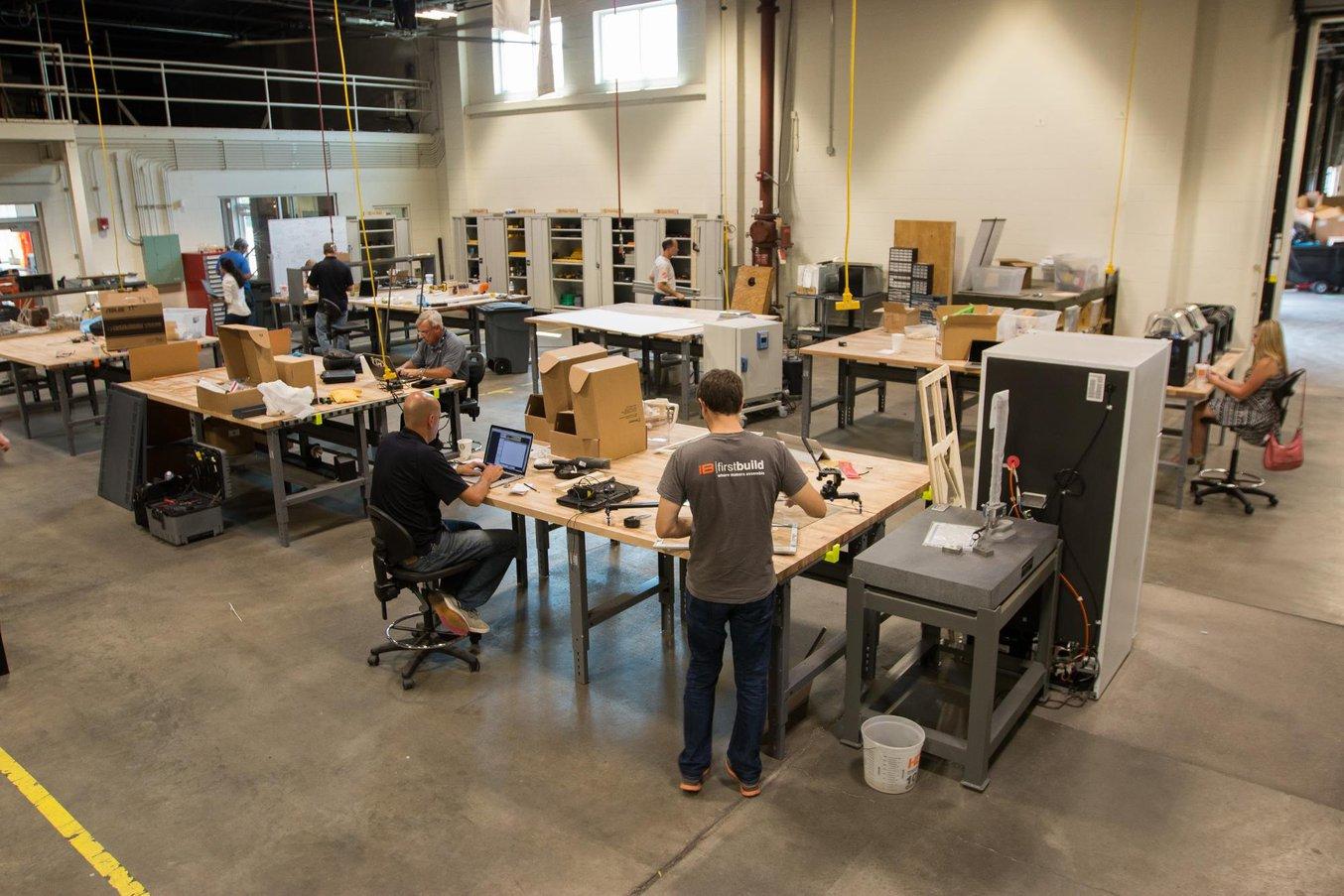 FirstBuild, soutenu par GE Appliances, dirige une micro-usine qui réalise des produits à partir des idées proposées par leur communauté en ligne.