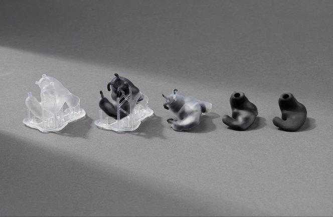 Personalisierte In-Ear-Kopfhörer werden durch das Gießen biokompatiblen Silikons in 3D-gedruckte Hohlformen hergestellt.