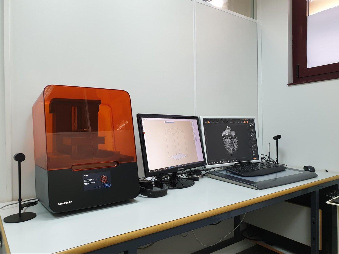 Das Labor besteht aus drei unabhängigen und spezialisierten Räumen. Im Designreinraum befinden sich die Desktop-3D-Drucker inklusive dieses Arbeitsplatzes mit dem SLA-Drucker Form 3.