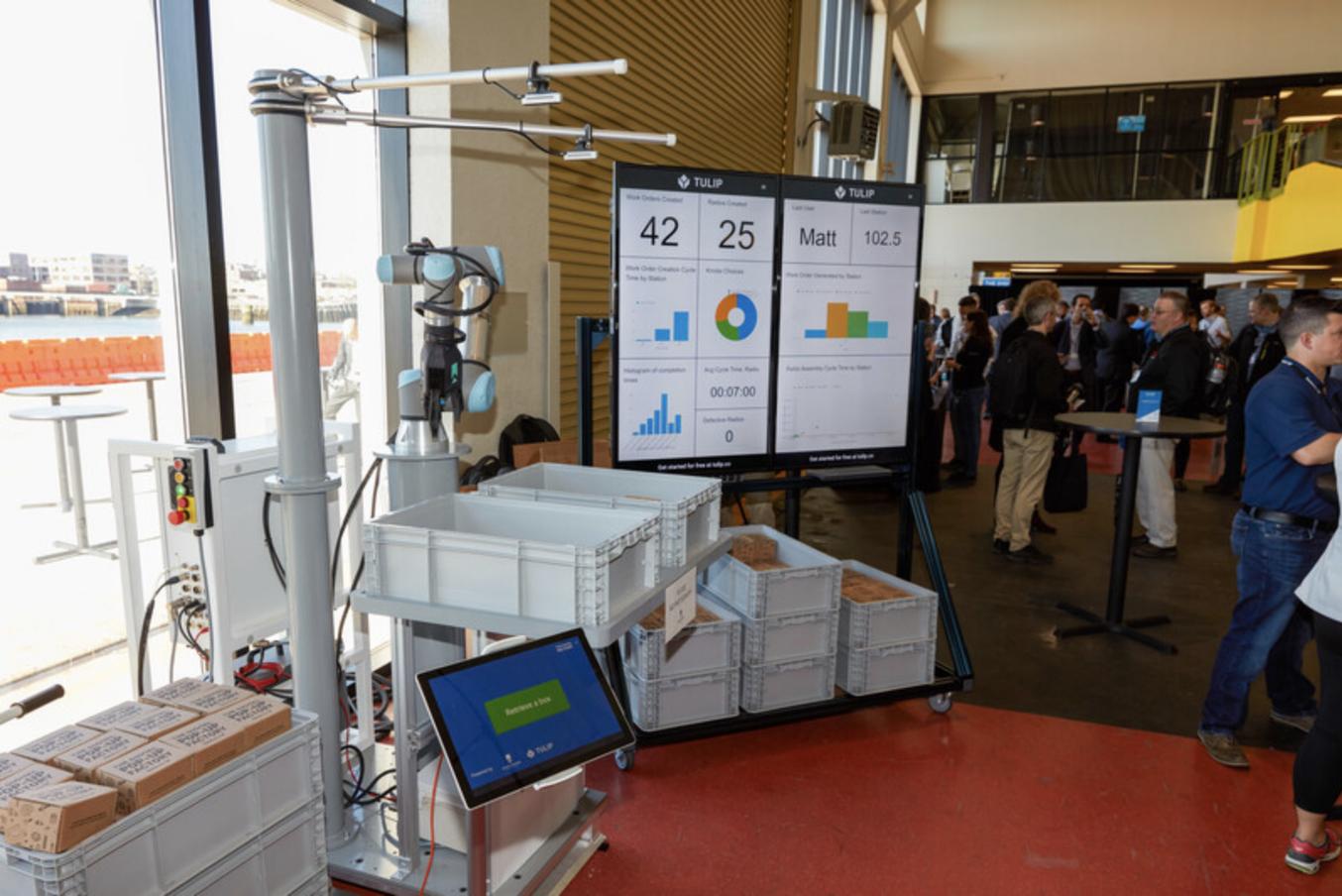 Eine Zelle von RightHand Robotics übergibt einen Karton.