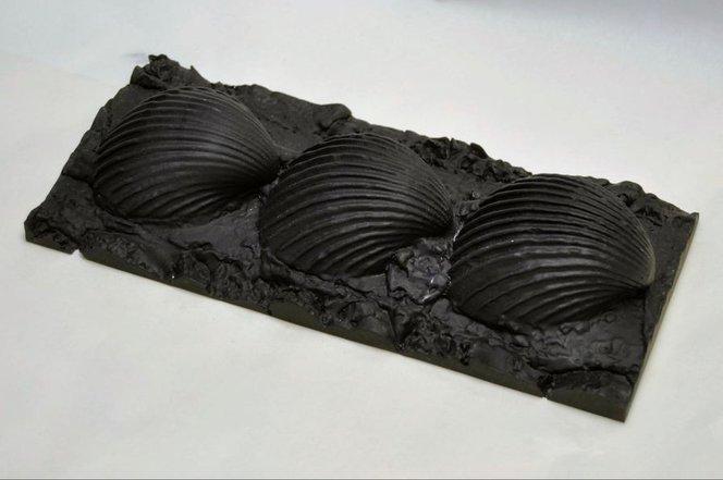 Le parti delle conchiglie 3D selezionate sono state stampate in 3D in scala 1:1 e sono state usate per creare calchi che sono stati riempiti con una colata di geopolimeri.