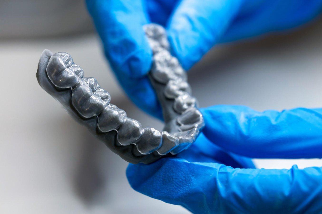 Прозрачный элайнер, термоформованный по 3D-модели, напечатанной на стоматологическом 3D-принтере Formlabs Form 3B.