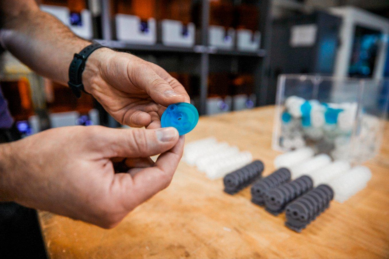 L'AMRC è riuscito a stampare in 3D 500 dei diversi coperchi protettivi in soli due giorni. Inoltre, grazie alla stampa 3D, gli ingegneri hanno potuto inserire delle geometrie nella parte, che hanno stampato a sua volta in 3D all'interno di uno strumento