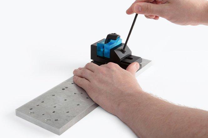 Ein Teil wird mit weichen Spannbacken gespannt, die mit Tough Resin von Formlabs gedruckt wurden.