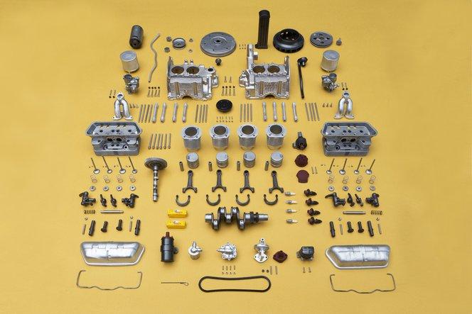 Le 250 singole parti del motore prima dell'assemblaggio. La più piccola era di soli 2 x 1,3 x 0,5 mm, mentre i blocchi motore più grandi misuravano 60 x 70 x 40 mm.