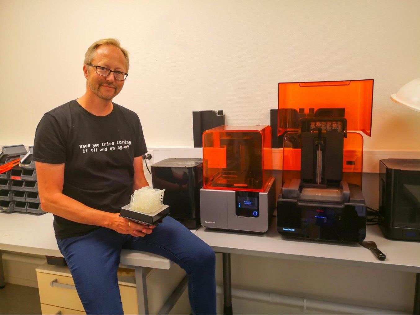 Røssvoll hat zwei SLA-3D-Drucker in seinem Büro, einen Form 2 und einen Form 3. Er hat mehr als 2600 Teile für mehr als 100 unterschiedliche Projekte gedruckt.