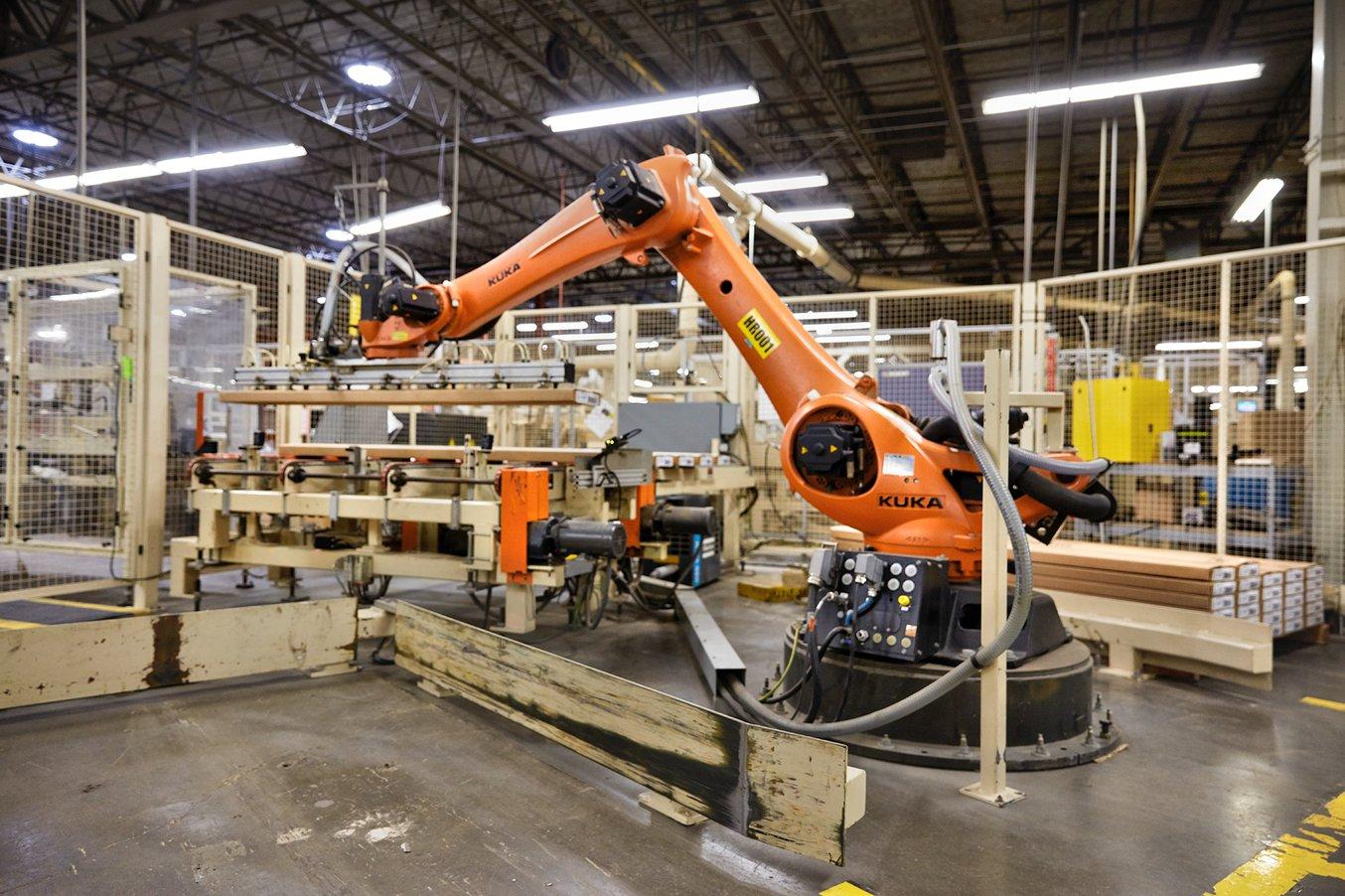 Ashley Furnitures erster Roboter, ein Palettierroboter, stapelt pro Stunde 200 Kisten perfekt aufeinander.