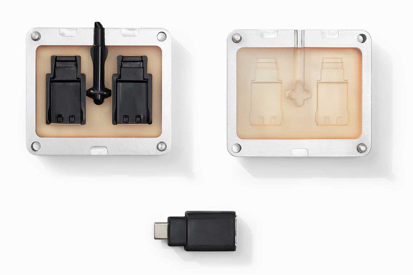 Una custodia USB realizzata usando uno stampo a iniezione creato direttamente con la High Temp Resin di Formlabs.