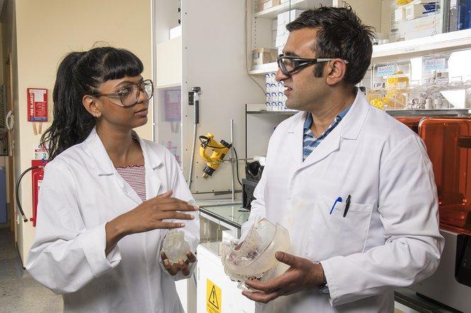 Zenobia Rao, doctorant, et Dr. Ahtsham Ishaq, post-doctorant, commentent des modèles d'estomac au Labo du Dr. Hilton.