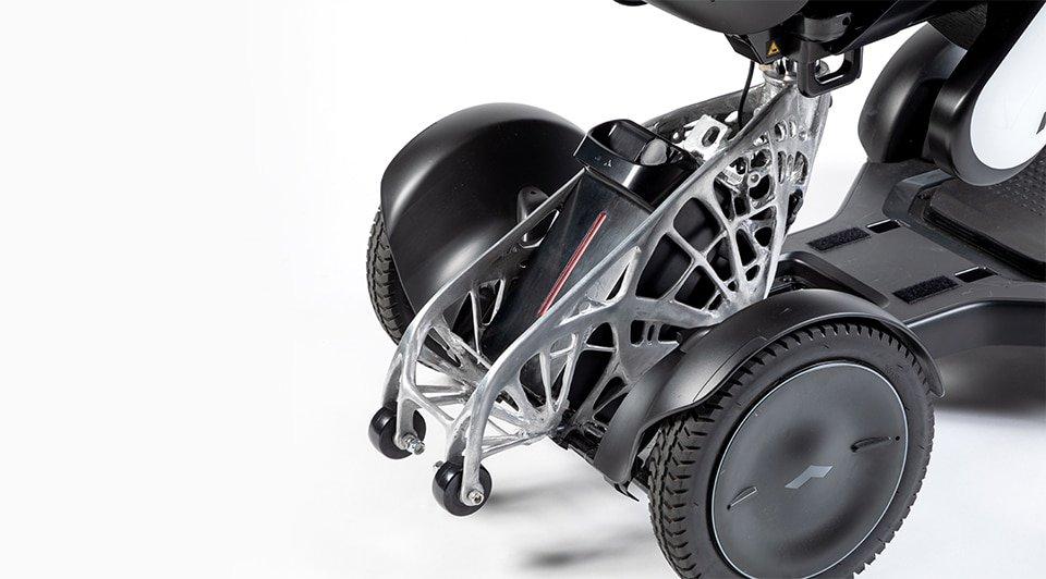 WHILL, ein japanischer Hersteller elektrischer Fahrzeuge, nutzte generatives Design, um das Gewicht eines Batteriegehäuses, also des schwersten Teils eines tragbaren motorisierten Rollstuhls, zu reduzieren.