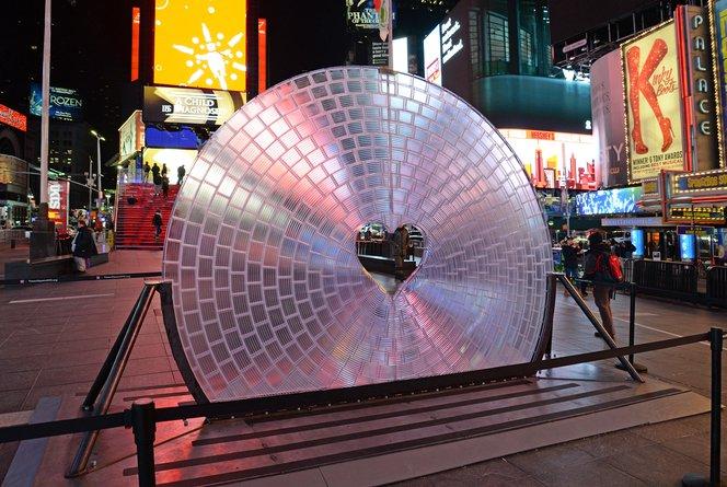 Window of the heart installe l'une des plus grandes lentilles du monde au centre de Times Square, l'un des endroits les plus publiés sur Instagram.