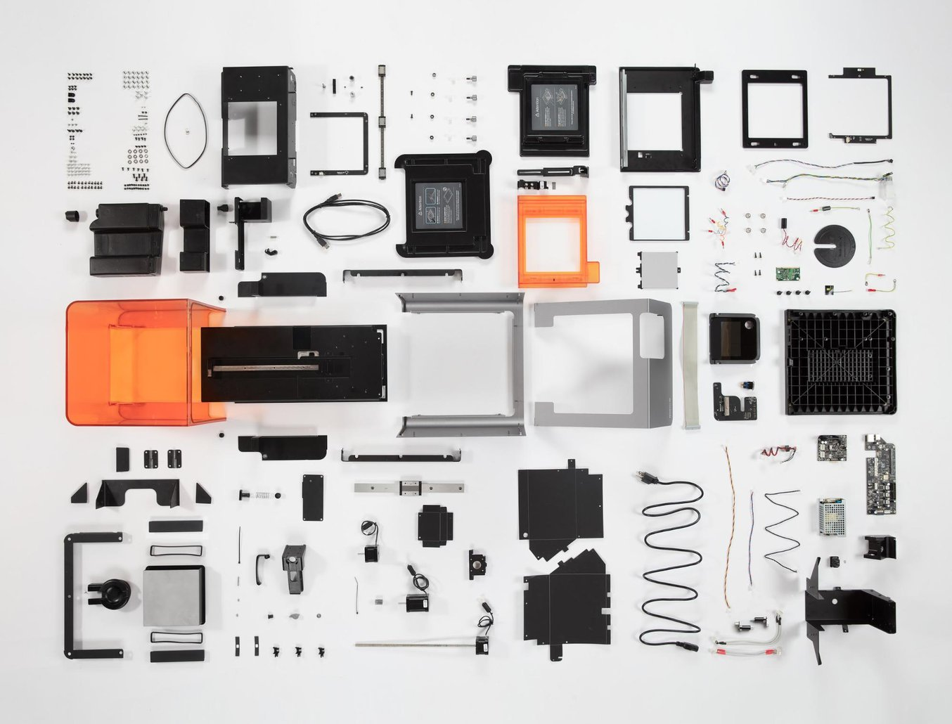 Pièces et composants del'imprimante 3D stéréolithographique de bureau Formlabs. Lisez les commentaires de Bunnie Huang surle démontage complet d'une imprimante.
